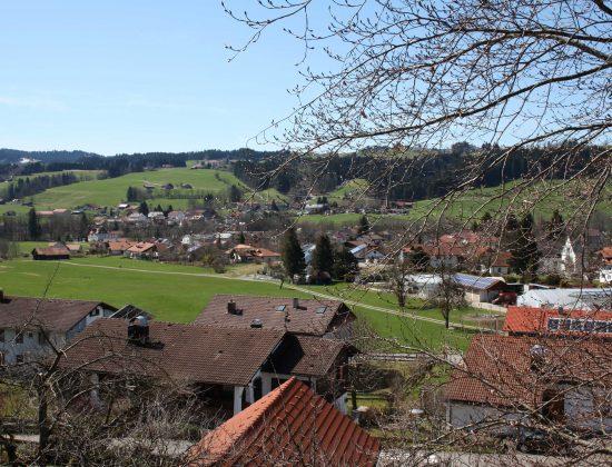 Blick auf Tal und Dorf