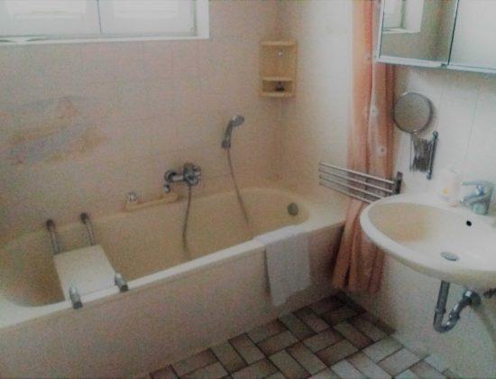 EG Bad - Badewanne und Waschbecken