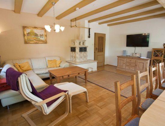 EG Wohnzimmer - Smart-TV und Kachelofen