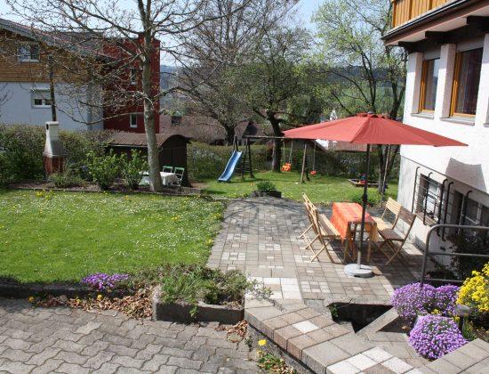 Garten mit Terrasse, Spielwiese und Holzkohlen-Grill